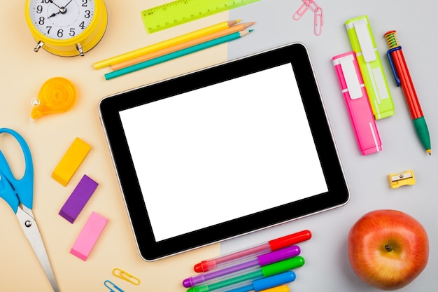 Tablet digital moderno com apple e notebooks isolados no fundo