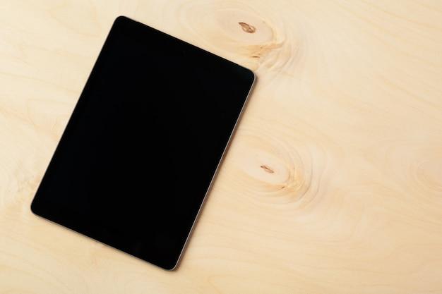 Tablet digital na mesa de madeira