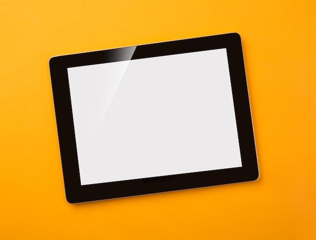 Tablet digital na mesa dos médicos com seringa e comprimidos. vista superior com lugar para seu texto.