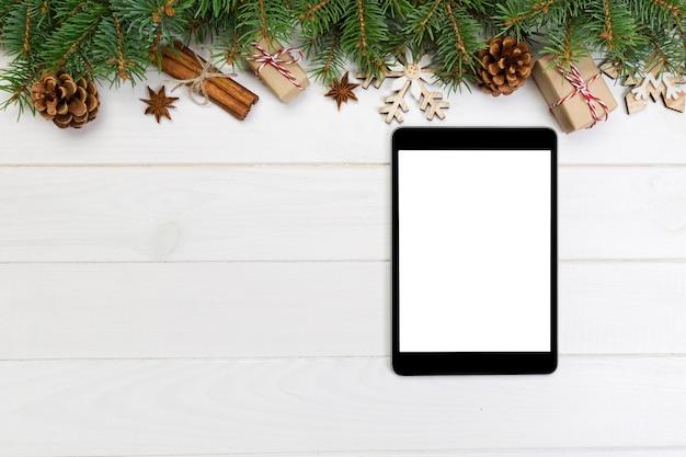Tablet digital simulado acima com fundo de natal rústico