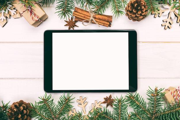 Tablet digital simulado com decorações de madeira rústicas de natal para apresentação do aplicativo