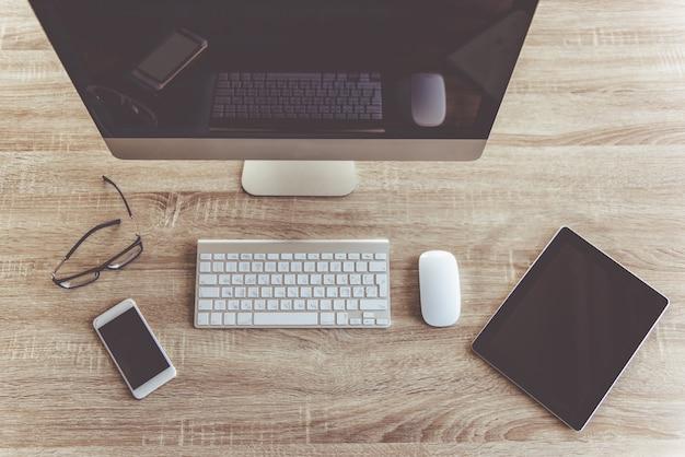Tablet digital, smartphone e computador imac, desktop plana leigo, vista superior