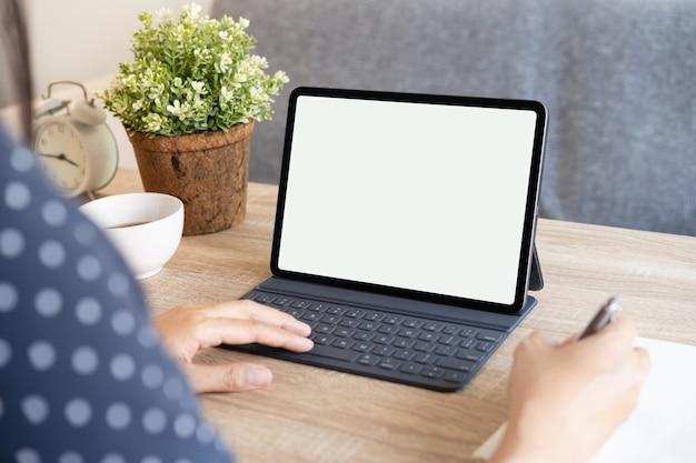 Tablet digital vazio nas mãos de mulheres asiáticas