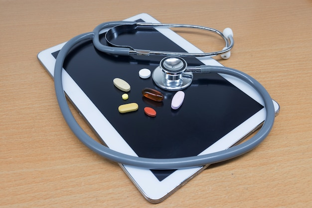 Tablet e estetoscópios na mesa