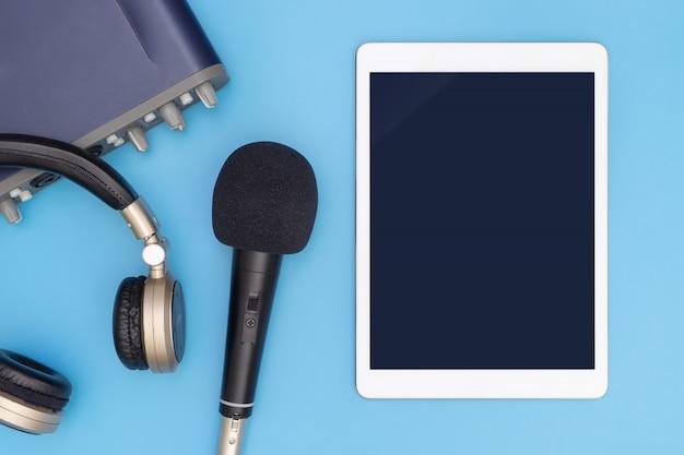 Tablet em branco no equipamento de estúdio para aplicação de música simulada