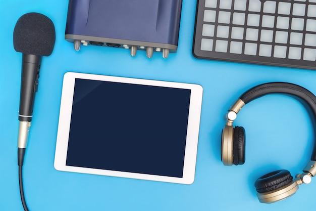 Tablet em branco no estúdio equipamento para aplicação de música simulado