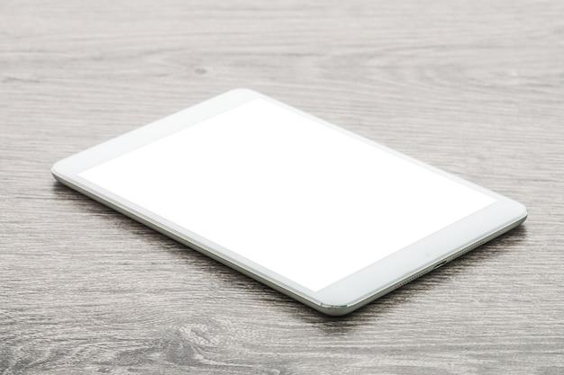 Tablet em fundo de madeira