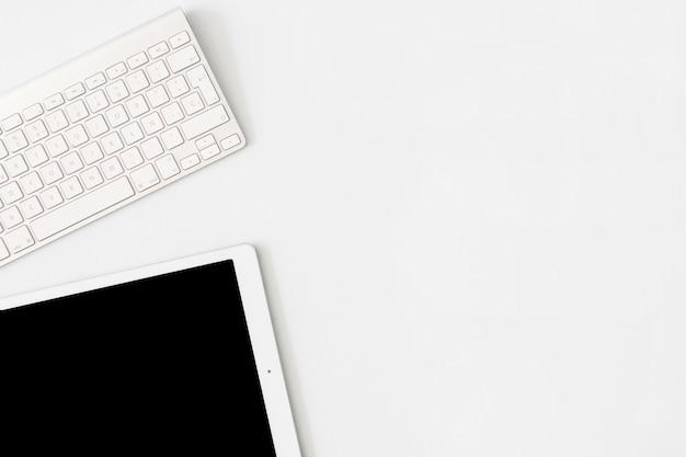 Tablet moderno perto do teclado