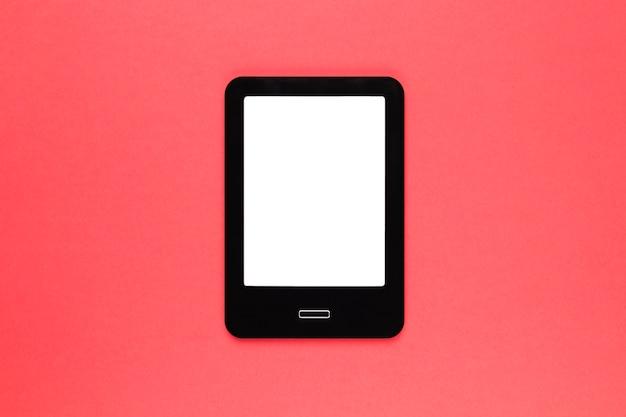 Tablet moderno preto na superfície rosa