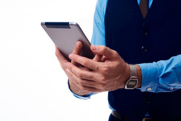 Tablet nas mãos de um homem