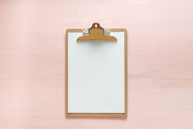 Tablet pasta em branco isolado no espaço da cópia-de-rosa. configuração feminina minimalista para blogueiros, designers, sites