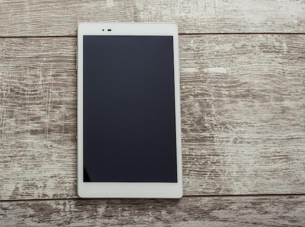 Tablet pc em uma mesa de madeira