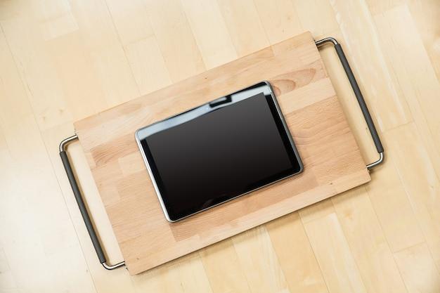 Tablet pc em uma placa de corte
