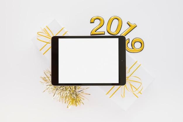 Tablet perto de números de 2019 e caixas de presente