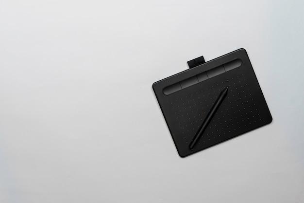 Tablet preto designer gráfico e caneta vista superior