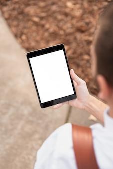 Tablet usado para projetos do corpo docente por cima da vista do ombro