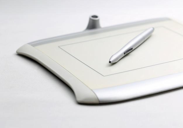 Tableta gráfica e caneta sensível à pressão no fundo branco