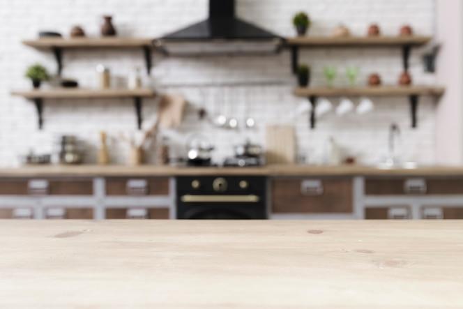 Tabletop com elegante cozinha moderna no fundo