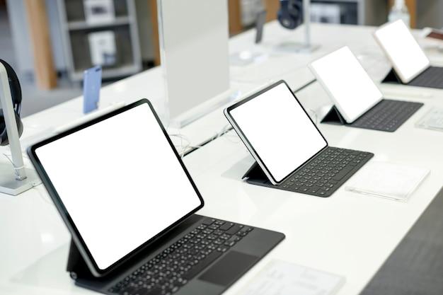 Tablets alinhados em exibição em um shopping center