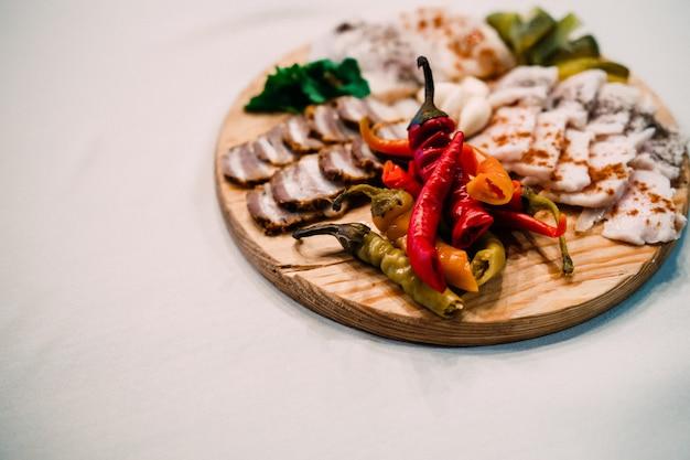 Tábua de carne com banha de porco ucraniana, pimenta e legumes