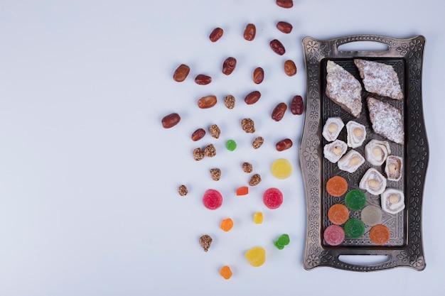 Tábua de confeitaria com marmeladas, delícias e nozes