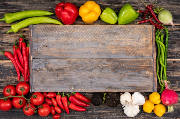 Tábua de cortar cercada por legumes