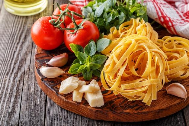 Tábua de cortar com ingredientes - conceito de cozinha italiana