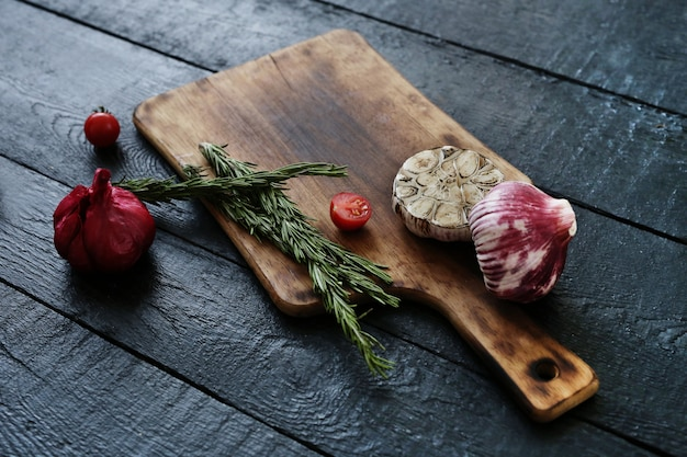 Tábua de cortar com ingredientes