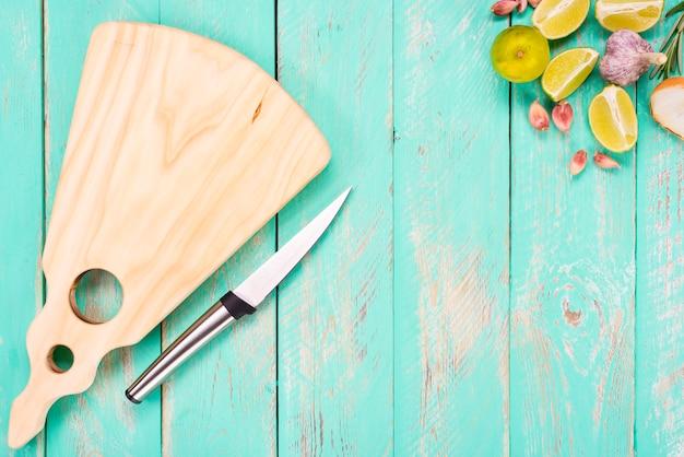 Tábua de cortar com uma faca em uma mesa de madeira vintage