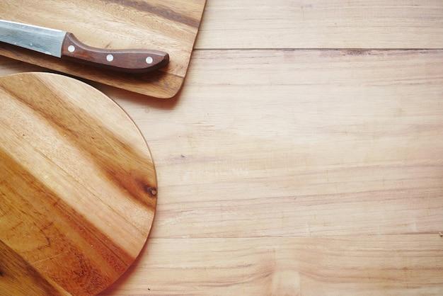 Tábua de cortar de madeira em cima da mesa para baixo