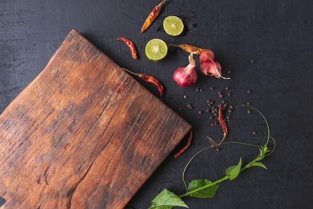 Tábua de cortar madeira e especiarias Foto Premium