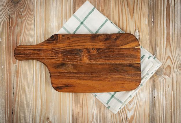 Tábua de cortar madeira velha com maquete de guardanapo rústico