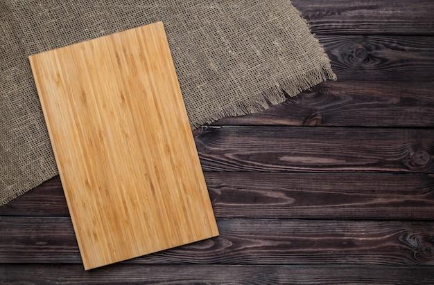 Tábua de cortar na mesa de madeira