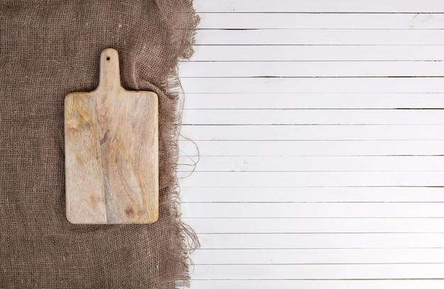Tábua de cortar vazia na superfície de madeira