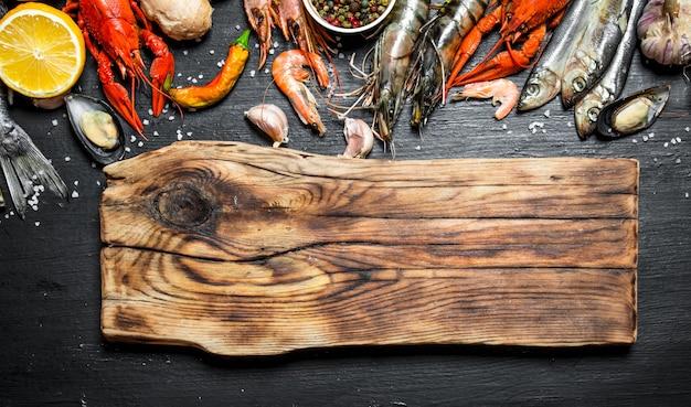 Tábua de corte com uma variedade de camarão, peixe e marisco