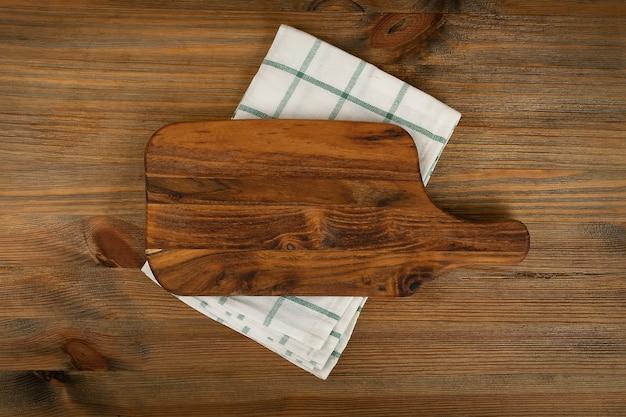 Tábua de corte de madeira com vista superior da maquete de guardanapo
