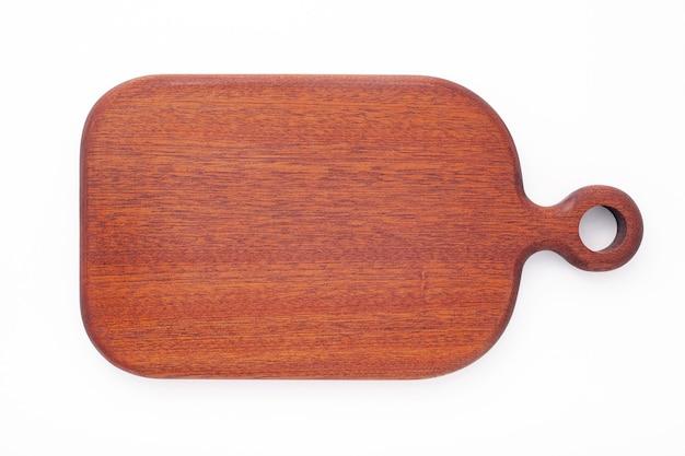 Tábua de corte de madeira vintage vazia isolada na vista superior de fundo branco.