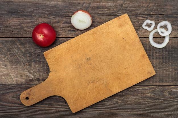 Tábua de corte na mesa de madeira