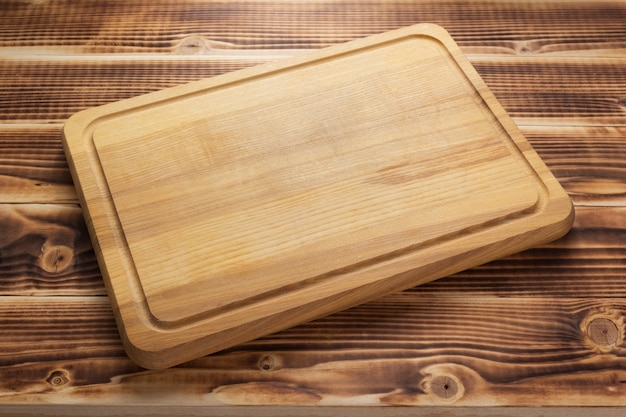 Tábua de corte no fundo da prancha da mesa de madeira rústica, vista frontal