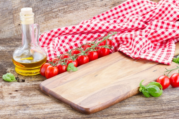 Tábua de corte vazia na mesa. conceito de cozinha italiana