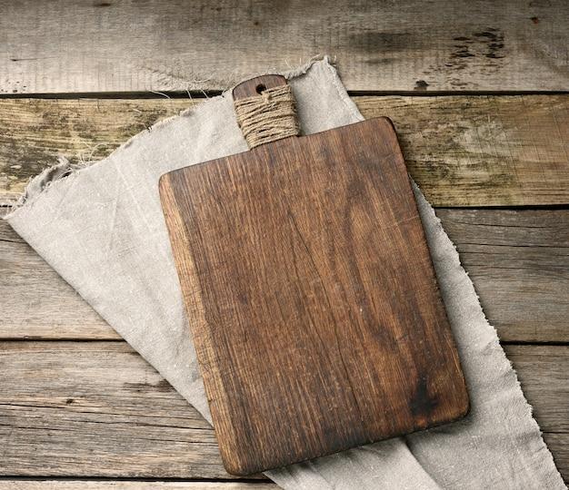 Tábua de cozinha de corte de madeira retangular vazia na mesa, vista superior