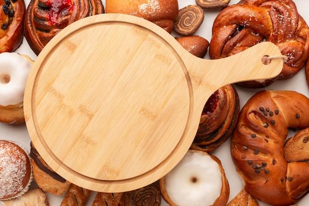 Tábua de madeira com bagels