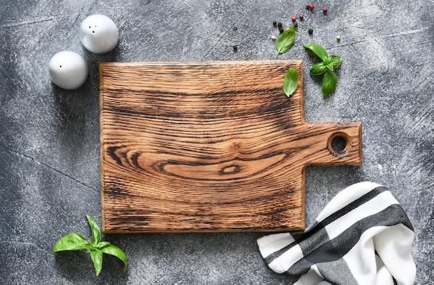 Tábua de madeira da cozinha com guardanapo com lugar para a receita do texto