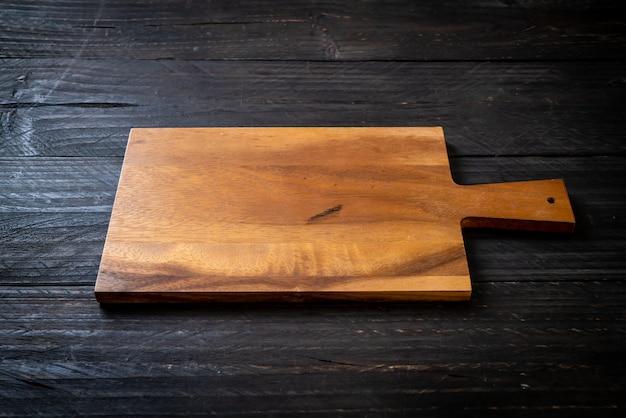 Tábua de madeira de corte vazia com pano de cozinha