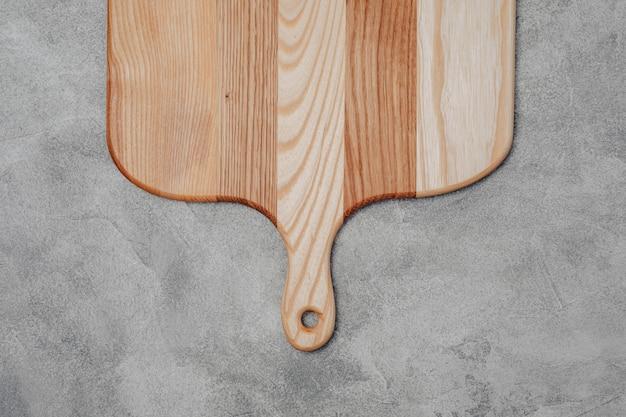 Tábua de madeira sobre uma mesa de concreto