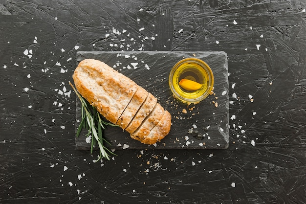 Tábua de pedra com pão e azeite