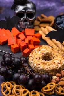 Tábua de queijos de halloween com queijo azul e vermelho