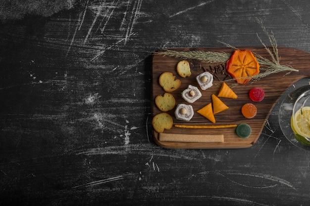 Tábua de salgadinhos e pastéis com vários ingredientes