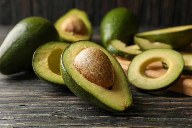 Tábua e abacate na mesa de madeira, close-up