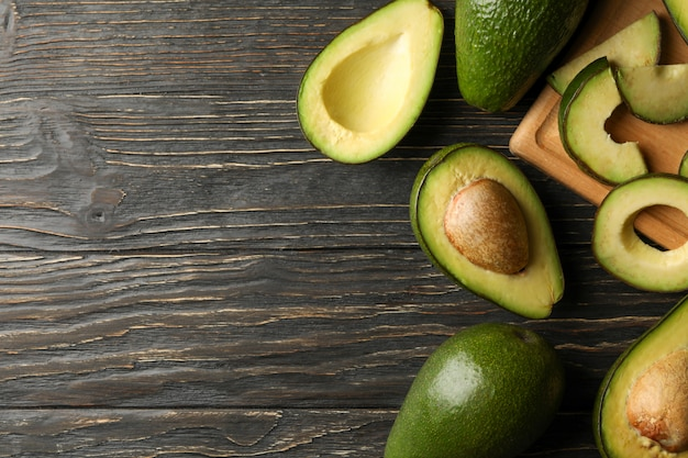 Tábua e abacate na mesa de madeira, vista superior